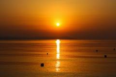 Salida del sol hermosa en el mar o la puesta del sol Foto de archivo libre de regalías