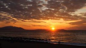 Salida del sol hermosa en el mar o la puesta del sol Imagen de archivo libre de regalías