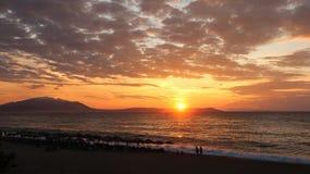 Salida del sol hermosa en el mar o la puesta del sol Imagen de archivo