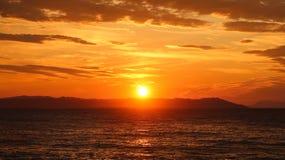 Salida del sol hermosa en el mar o la puesta del sol Imágenes de archivo libres de regalías