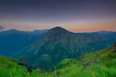 Salida del sol hermosa en el pequeño pico de Adams en Ella, Sri Lanka Fotografía de archivo