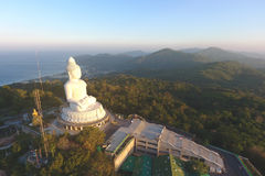Salida del sol hermosa en el templo grande blanco de la estatua de mármol de Buda Phuket, Tailandia Imagen de archivo