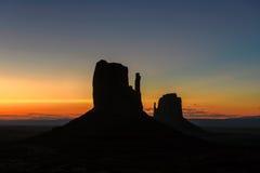 Salida del sol hermosa en el valle del monumento, Arizona, los E.E.U.U. Fotografía de archivo libre de regalías