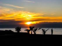 Salida del sol hermosa en Italia sobre el mar foto de archivo