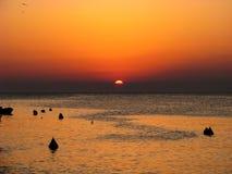 Salida del sol hermosa en Italia sobre el mar imagen de archivo