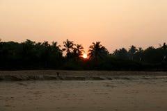 Salida del sol hermosa en la India en el océano foto de archivo