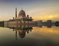 Salida del sol hermosa en la mezquita de Putra Fotografía de archivo libre de regalías