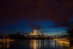 Salida del sol hermosa en la mezquita de Putra, Fotos de archivo libres de regalías