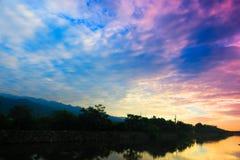 Salida del sol hermosa en la orilla del río imagenes de archivo