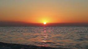 Salida del sol hermosa en la playa Costa del SolCoast del Sun, Málaga en Andalucía, España metrajes