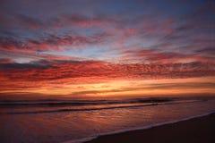 Salida del sol hermosa en la playa Fotos de archivo