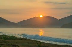 Salida del sol hermosa en la playa Fotografía de archivo libre de regalías