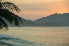 Salida del sol hermosa en la playa Imagen de archivo libre de regalías