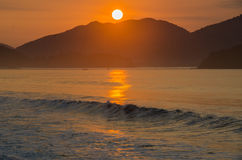 Salida del sol hermosa en la playa Foto de archivo libre de regalías