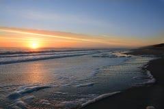 Salida del sol hermosa en la playa Foto de archivo