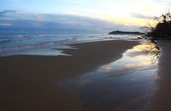 Salida del sol hermosa en la playa Imágenes de archivo libres de regalías