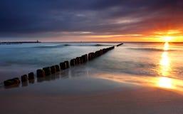 Salida del sol hermosa en la playa báltica en Polonia Foto de archivo libre de regalías