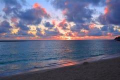 Salida del sol hermosa en la playa de Oahu Foto de archivo libre de regalías