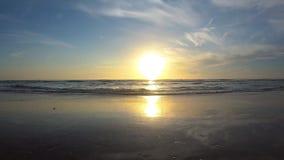 Salida del sol hermosa en la playa en el área 1 del embarcadero de Main Street almacen de video
