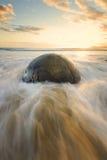 Salida del sol hermosa en la playa que hace frente al Océano Pacífico Fotografía de archivo