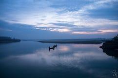 Salida del sol hermosa en lado del río Fotos de archivo libres de regalías