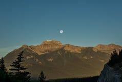 Salida del sol hermosa en las montañas Foto de archivo libre de regalías