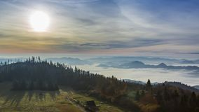 Salida del sol hermosa en las montañas de Tatra con las nubes que fluyen, Polonia almacen de video