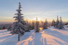 Salida del sol hermosa en las montañas en invierno Foto de archivo libre de regalías
