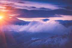 Salida del sol hermosa en las montañas del invierno Im filtrado fotos de archivo libres de regalías