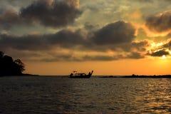 Salida del sol hermosa en Phi Phi Island cuando viajaba a Maya Beach Con un barco en el detalle Tailandia /January 2017 Foto de archivo