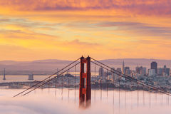 Salida del sol hermosa en puente Golden Gate en niebla baja imágenes de archivo libres de regalías