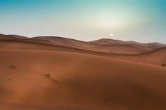 Salida del sol hermosa en Sahara Desert marroquí, África del Norte Fotografía de archivo