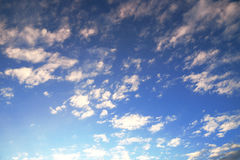 Salida del sol hermosa en un cielo nublado Foto de archivo