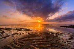 Salida del sol hermosa en una playa en Bali Indonesia imagen de archivo libre de regalías