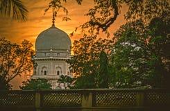 Salida del sol hermosa en una tumba en la India foto de archivo