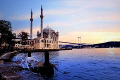 Salida del sol hermosa del paisaje de Ortakoy Estambul con las nubes Ortakoy imagenes de archivo