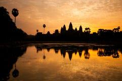 Salida del sol hermosa, silueta de Angkor Wat en la salida del sol, el mejor tiempo por la mañana en Siem Reap, Camboya Imágenes de archivo libres de regalías