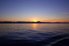 Salida del sol hermosa sobre el cielo azul del rojo del océano del mar Imágenes de archivo libres de regalías