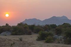 Salida del sol hermosa sobre el desierto de Bera, la India fotografía de archivo libre de regalías