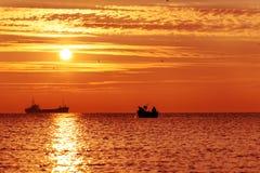 Salida del sol hermosa sobre el horizonte Foto de archivo