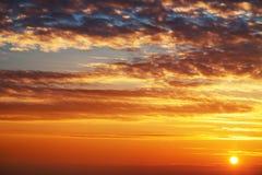 Salida del sol hermosa sobre el horizonte Imagenes de archivo