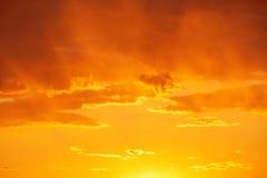 Salida del sol hermosa sobre el horizonte Imagen de archivo