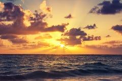 Salida del sol hermosa sobre el horizonte, Foto de archivo libre de regalías