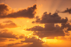 Salida del sol hermosa sobre el horizonte Foto de archivo libre de regalías