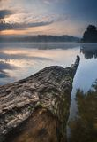 Salida del sol hermosa sobre el lago brumoso Foto de archivo libre de regalías