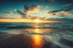 Salida del sol hermosa sobre el mar Foto de archivo