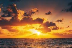 Salida del sol hermosa sobre el mar fotos de archivo