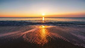 Salida del sol hermosa sobre el mar almacen de video