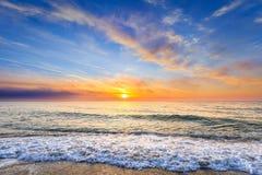 Salida del sol hermosa sobre el mar Imágenes de archivo libres de regalías