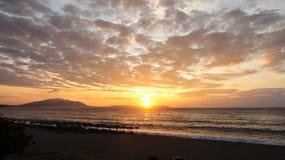 Salida del sol hermosa sobre el mar Nea Vrasna, Grecia Imagenes de archivo